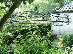Runder Rosenpavillon aus Eisen